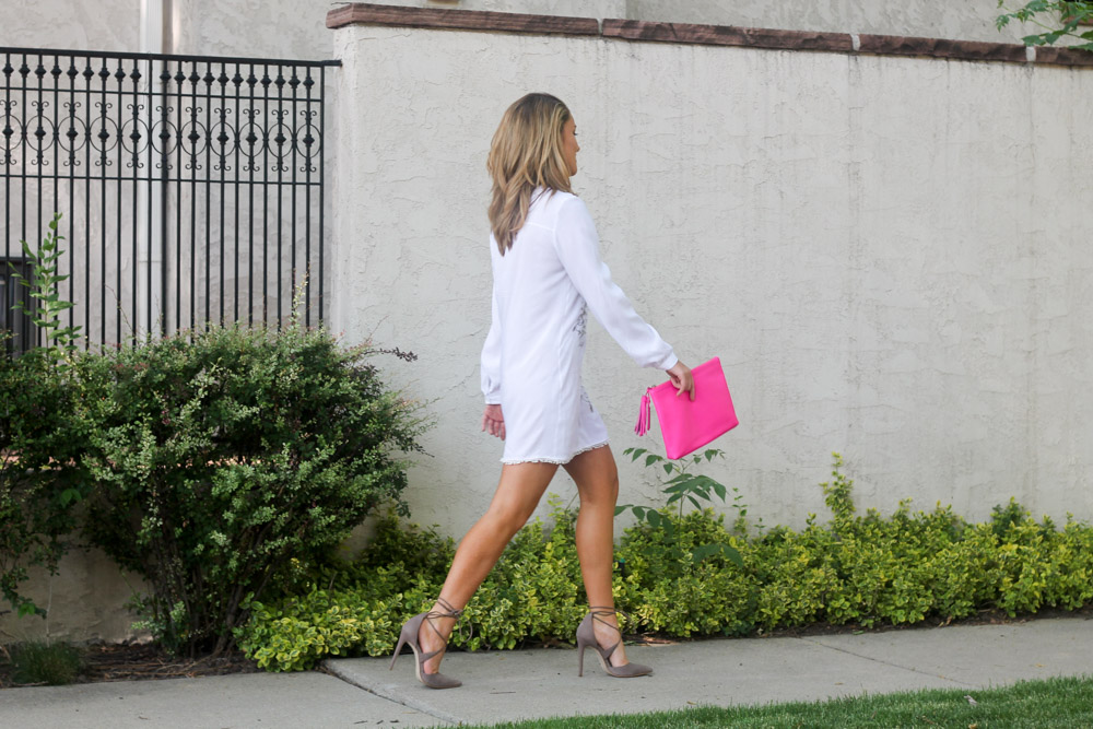 Amber from Every Once in a style wearing a white tunic dress and hot pink clutch
