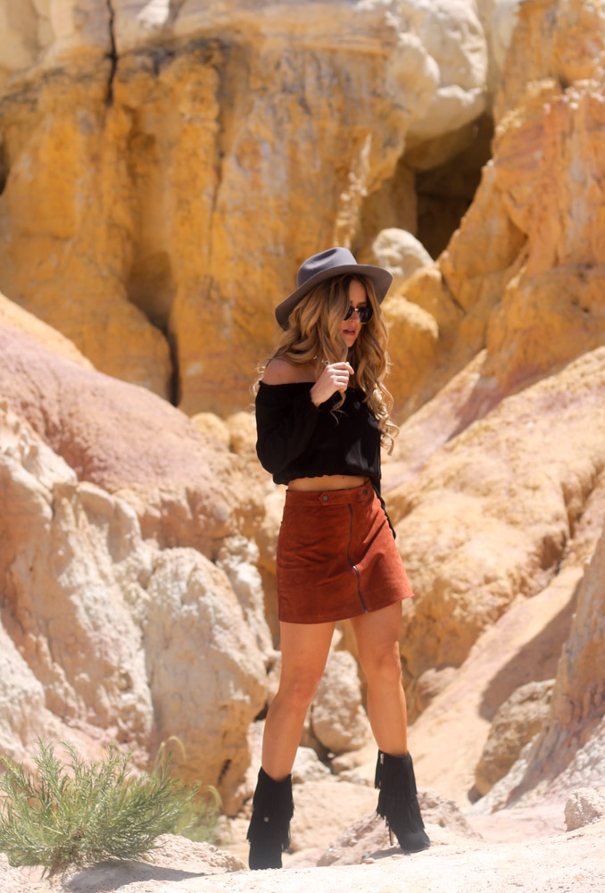 Amber from every once in a style  wearing a forever 21 suede skirt and sam edelman Belinda fringe boots